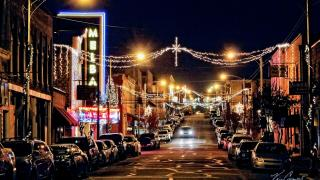 Batesville holiday lights on Main Street (photo by Kris Caraway)